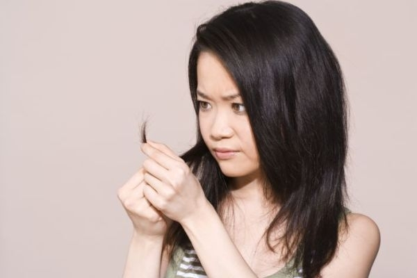 Tóc mỏng hơn vì rụng nhiều, nguyên nhân là do rối loạn tuyến giáp khiến mái tóc bị khô, xơ và dễ gãy. (Ảnh: Internet)