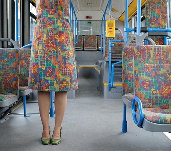 12. Thế này thì em nổi bật nhất trên xe buýt.