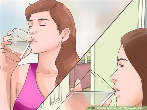 Trong tình huống này cần uống thật nhiều nước hoặc sữa tươi để làm loãng axit trong bụng và giảm đau. Đừng cố gắng nôn ra ngoài. Nếu nạn nhân còn tỉnh táo, cần cho uống 100-200ml nước hoặc sữa, đối với trẻ nhỏ không cho uống hơn 100ml.