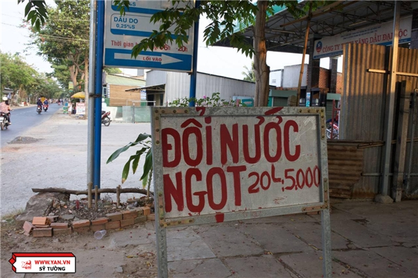 Cách nhà bà chưa đến20 mét,một hộ dân có giếng nước ngọt đã treo bảng bán nước với giá 5000 đồng/20 lít.
