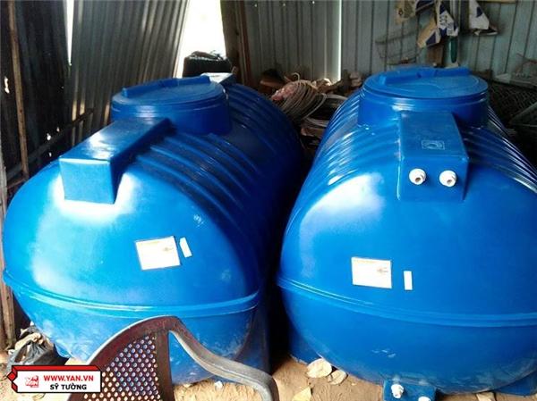 2 bồn tec chứa nước của mạnh thường quân hỗ trợ đã giúp bà phần nào đỡ vất vả.
