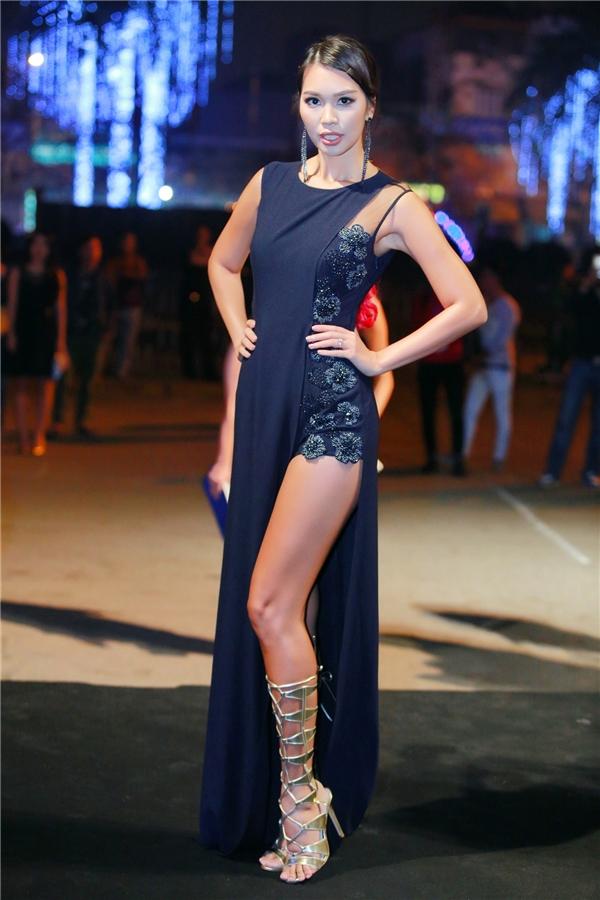 Siêu mẫu Hà Anh là gương mặt không thể thiếu trong sự kiện lần này. Ngoài việc tham gia với tư cách khách mời, Hà Anh còn đảm nhận vai trò MC và người mẫu trình diễn tại show thời trang xuân hè này. - Tin sao Viet - Tin tuc sao Viet - Scandal sao Viet - Tin tuc cua Sao - Tin cua Sao