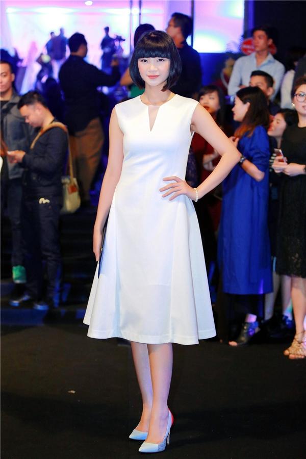Cựu người mẫu Hạ Vy lại lựa chọn phong cách tinh tế với bộ cánh phom dáng cổ điển đơn sắc. - Tin sao Viet - Tin tuc sao Viet - Scandal sao Viet - Tin tuc cua Sao - Tin cua Sao