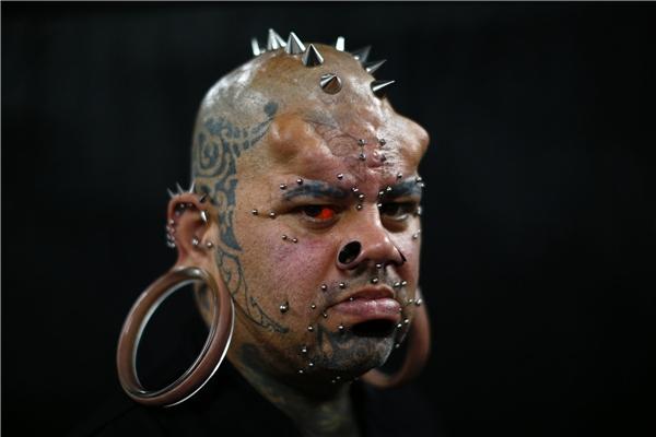 Kala Kaiwi nổi tiếng là người đàn ông đeo khuyên và xăm trổ. (Ảnh: Internet)