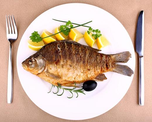 Chúng ta thường có thói quen bỏ vảy cá khi ăn. (Ảnh: Internet)
