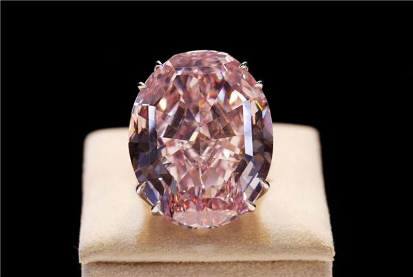 Pink Star là một chiếc nhẫn đính viên kim cương hồng lấp lánh hình ô-van. (Ảnh: Internet)