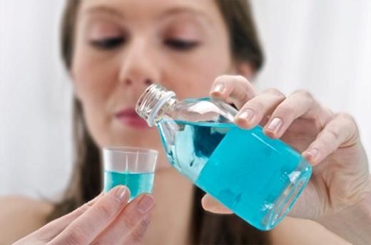 Nước súc miệng có tác dụng giảm hôi miệng nhanh chóng nhưng lại khiến tình trạng tồi tệ hơn. (Ảnh: Internet)