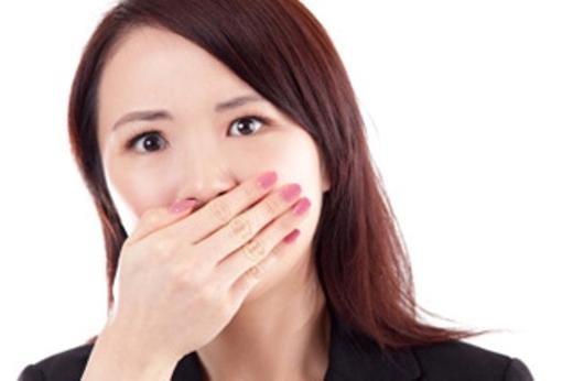 Hơi thở có mùi là một trong những dấu hiệu của viêm Amiđan.(Ảnh: Internet)