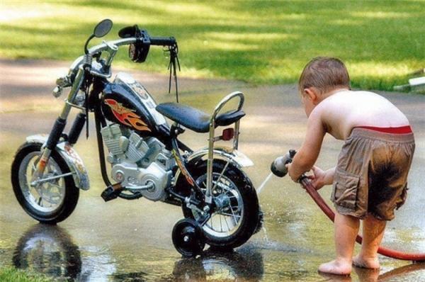 Xe của mình thì mình phải có nhiệm vụ rửa sạch và bảo dưỡng, thế mới đáng mặt nam nhi. (Ảnh: motowomanmusic)