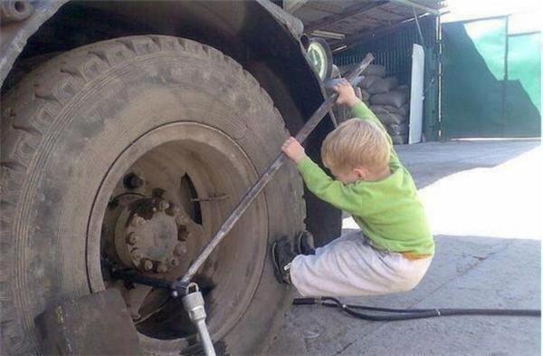 """Không chỉ xe máy hay xe ô tô mà cả xe tải cũng có thể được """"soái ca nhí"""" thay bánh dễ dàng nhé. (Ảnh: ldssmile)"""