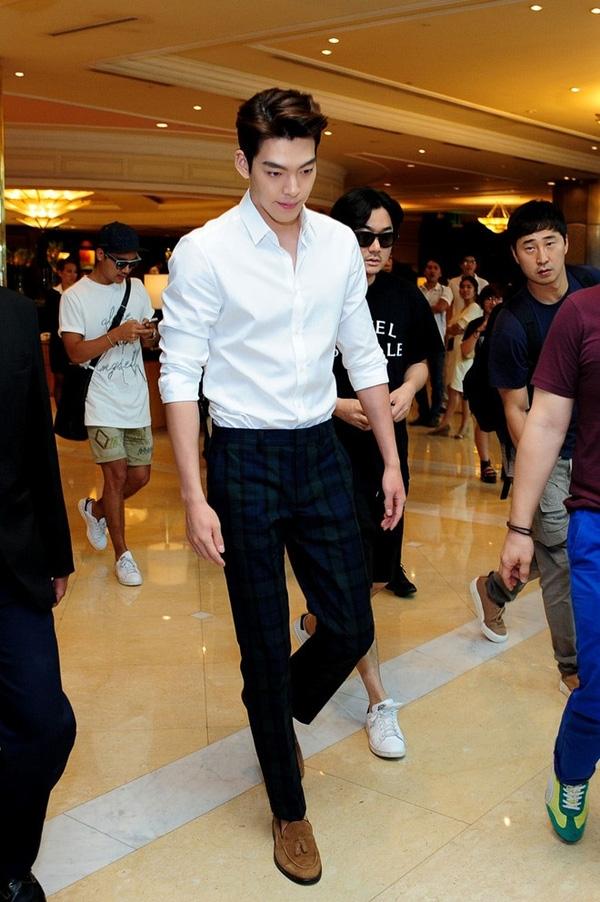Mọi ưu điểm hình thể của chàng diễn viên xuất thân là người mẫu Kim Woo Bin đều được thể hiện rõ qua set đồ với sơmi trắng này: bờ vai rộng, chiếc cổ cao, cánh tay săn chắc.
