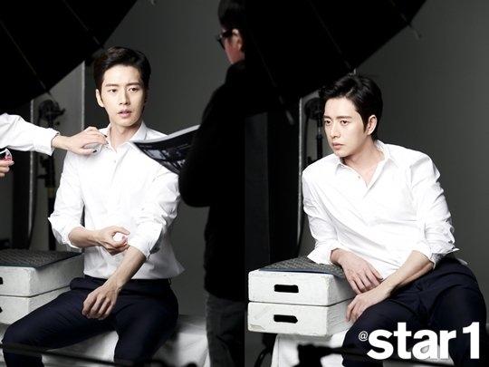 """Park Hae Jin vừa bảnh bao lại vừa sexy đến """"nguy hiểm"""" với sơmi trắng, quần tây và mái tóc bồng bềnh lãng tử."""