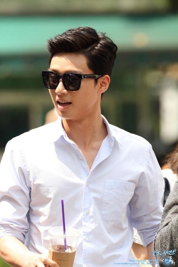 """Công thức mấu chốt cho vẻ ngoài điển trai và """"cool"""" khó cưỡng của Park Seo Joon chính là sơmi trắng và kính mát gọng vuông thời thượng."""