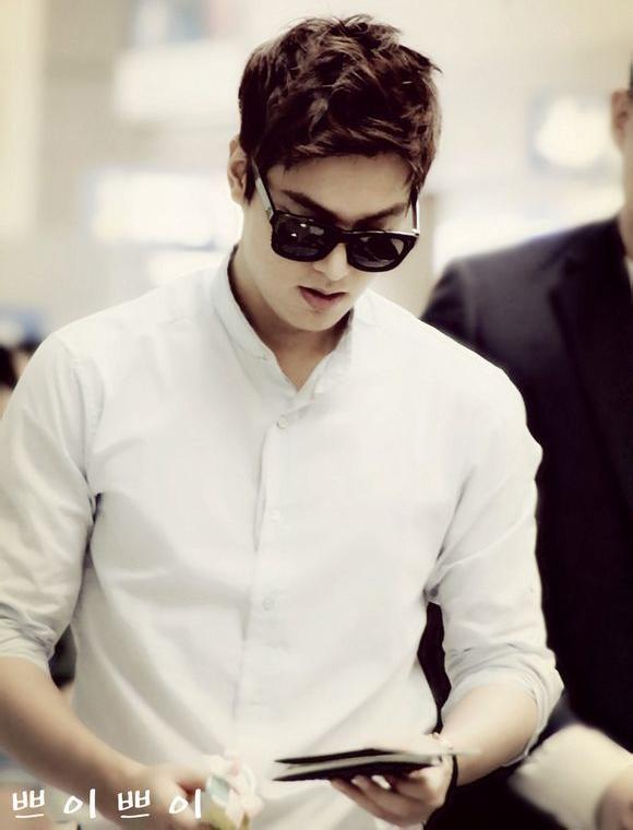 Bộ đôi sơmi trắng và quần khaki đen đã tạo nên một Lee Soo Hyuk vừa quyến rũ, vừa lãng tử lại vừa vô cùng bí ẩn.