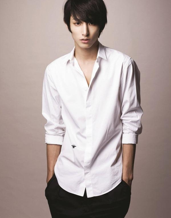 Lee Min Ho cực kỳ ra dáng một công tử nhà giàu điển trai với sơmi trắng lịch thiệp.
