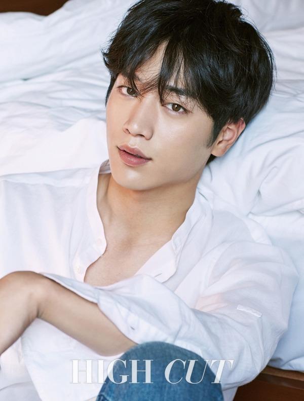 Seo Kang Joon đầy lãng tử và nghệ sỹ với sơmi trắng cổ trụ và quần jeans.