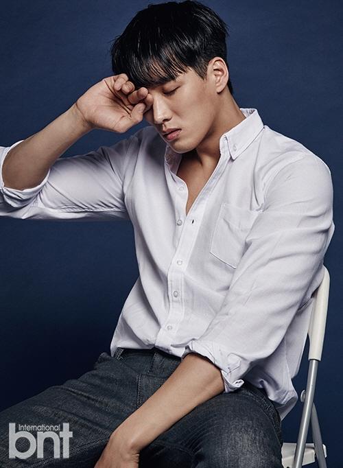 Nam diễn viên Ahn Bo Hyun khoe vẻ lịch lãm, mạnh mẽ nhưng vẫn không kém phần trẻ trung với sơmi trắng và quần jeans.