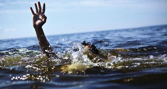 Thấy bạn mình chới với dưới dòng nước, 2 em Hùng và Huy đã nhảy xuống cứu mặc dù không biết bơi. (Ảnh minh họa: Internet)