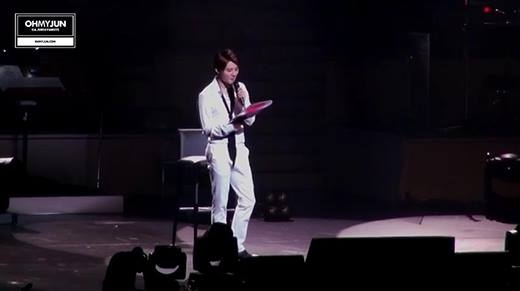 """""""Tê tái"""" với màn hát live nhạc phim """"Hậu duệ của mặt trời"""" trên sân khấu"""