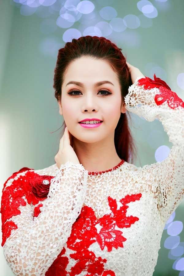 """Xuất thân là người quê gốc miền Tây, vì thế mà tên thật của nữ ca sĩ Nhật Kim Anh có phần hơi """"chân quê"""". Tên thật của cô là Đỗ ThịKim Huê. - Tin sao Viet - Tin tuc sao Viet - Scandal sao Viet - Tin tuc cua Sao - Tin cua Sao"""