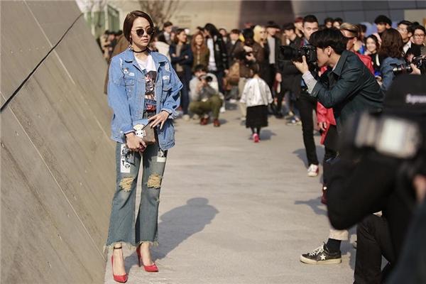 Trong khuôn khổ Tuần lễ Thời trang Seoul vừa qua, nữ ca sĩ Minh Hằng đã trở thành tâm điểm trên đường phố khi diện cả cây denim mang đậm màu sắc cổ điển. Bộ trang phụcđược tạo điểm nhấn bằng những đường cắt, hoạ tiết in và công nghệ wash hiện đại.