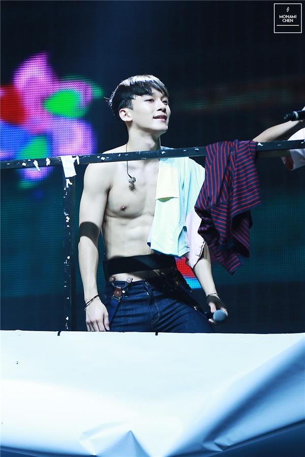 """Tại concert diễn ra ở Macau vào cuối năm ngoái, sự cố tấm màn che khiến EXO vô tình có màn khoe thân bất đắc dĩ. Khi các thành viên khác còn đang hoảng loạn thì Chen vẫn bình tĩnh, tự tin hoàn thành màn trình diễn nhờ thân hình """"không có lí do gì phải giấu"""" của anh. Dù vậy, các fan vẫn mong chờ trong tương lai sẽ có nhiều cơ hội ngắm nhìn cơ bụng của nam thần tượng hơn nữa."""