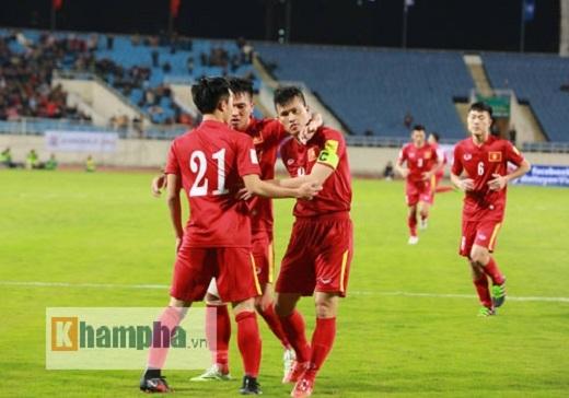 Công Vinh (bên phải) đang là đội trưởng của đội tuyển Việt Nam dưới thời HLV Hữu Thắng.