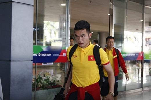 Trải qua hành trình dài khoảng nửa ngày từ Iran về nước, các tuyển thủ Việt Nam tỏ ra khá mệt mỏi. Không có đại diện nào của lãnh đạo VFF nào ra đón đoàn ĐT Việt Nam trở về, thay vào đó chỉ có 5phóng viên thể thao cùng một số CĐV nữ có mặt ở sân bay để chờ đón Hoàng Thịnh cùng đồng đội.