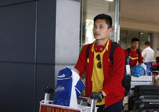 Thủ thành Tuấn Linh cùng hậu vệ Tiến Duy của Than Quảng Ninh cũng đi cùng nhóm cầu thủ bay về sân bay Tân Sơn Nhất.