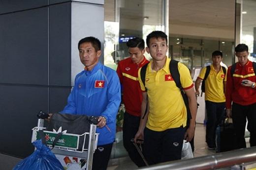 Trợ líĐào Quang Hùng cùng nhóm cầu thủ SLNA như Nguyên Mạnh, Đình Hoàng, Ngọc Hải...bước ra ở cửa ra A1 nhà ga quốc tế.