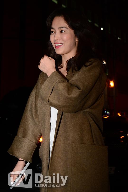 """""""Ngọc nữ"""" Song Hye Kyo vừa bước xuống xe đã nhanh chóng """"hớp hồn"""" những người có mặt tại đó. Thật không hổ danh là nữ bác sĩ có nhóm máu mĩ nhân!"""