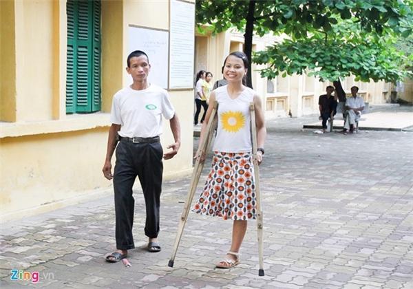 Mùa tuyển sinh đại học 2012, nhiều thí sinh và phụ huynh trọ tại ký túc xá ĐH Sư phạm Hà Nội ấn tượng với cô gái quê Bắc Giang Nguyễn Thị Lệ Thu. Thoăn thoắt đôi nạng gỗ, nữ sinh này có đôi mắt rạng ngời và nụ cười tươi.