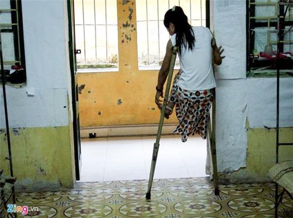 Gia đình của Thu thuộc diện nghèo suốt 10 năm tại Hiệp Hòa (Bắc Giang). Sau một tai nạn không có tiền chữa, Thu bị cắt bỏ một chân, cả cuộc đời gắn liền đôi nạng.