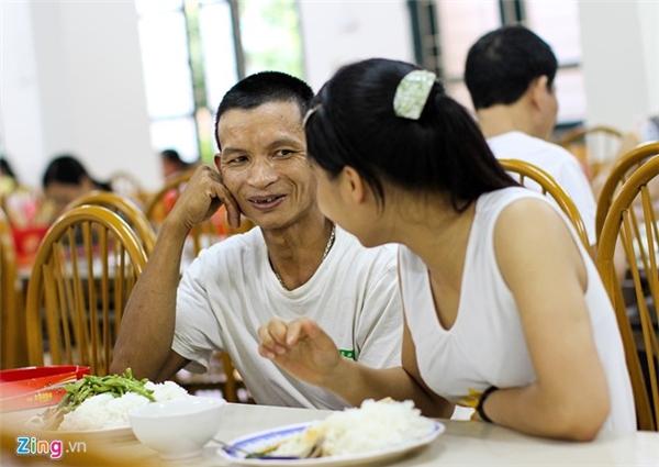 """Với hơn 1 triệu đồng dành cho 2 bố con trong mấy ngày xét tuyển đại học ở Hà Nội, ông Nguyễn Văn Lượng (bố Thu) hầu như chỉ ăn bánh mì uống trà đá, dành tiền chi phí cho con. Chiều theo tính hiếu học của con gái nhưng ông cũng lo với thu nhập bấp bênh của nghề thợ xây. """"Nhỡ con đỗ đại học thì lấy tiền đâu chi phí"""", ông tự nhủ."""