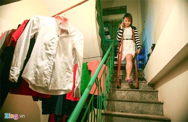 Để giảm chi phí, Thu thuê một căn phòng nhỏ gần trường, ở cùng các bạn, vừa đỡ tiền đi lại vừa thuận tiện cho học tập.