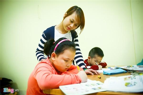 """Chị Lưu Thanh Hòa - phụ huynh bé Nguyễn Quỳnh Anh - nhận xét: """"Thu chăm ngoan và chịu khó, đặc biệt lúc nào cũng cười tươi, chẳng thấy buồn bao giờ. Cũng nhờ có sự kèm cặp của cháu mà con gái tôi học ổn và phần nào học được tính cách của Thu""""."""
