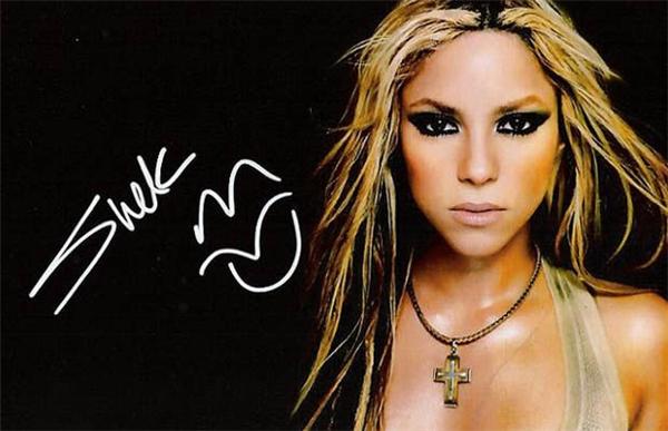 Shakira, ký xong còn tặng thêm môi và lưỡi. (Ảnh: Internet)