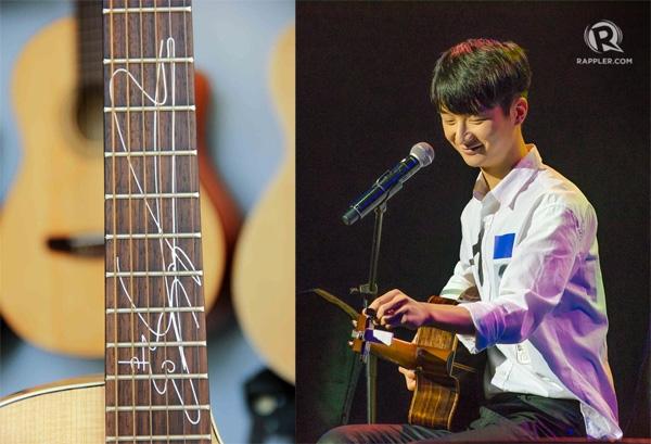 Chữ ký của thần đồng guitar Sungha Jung luôn có hình cây đàn để người ta khỏi nhầm anh là diễn viên điện ảnh. (Ảnh: Internet)