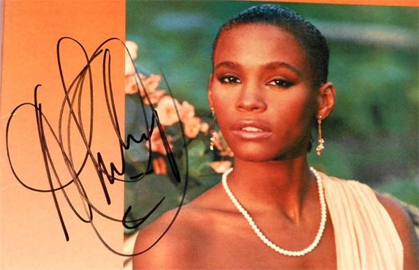 Có ai bắt chước được chữ ký của Whitney Houston không? (Ảnh: Internet)