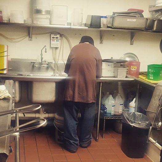 Hình ảnh Marcus cặm cụi rửa chén để kiếm miếng ăn (Ảnh: Internet)