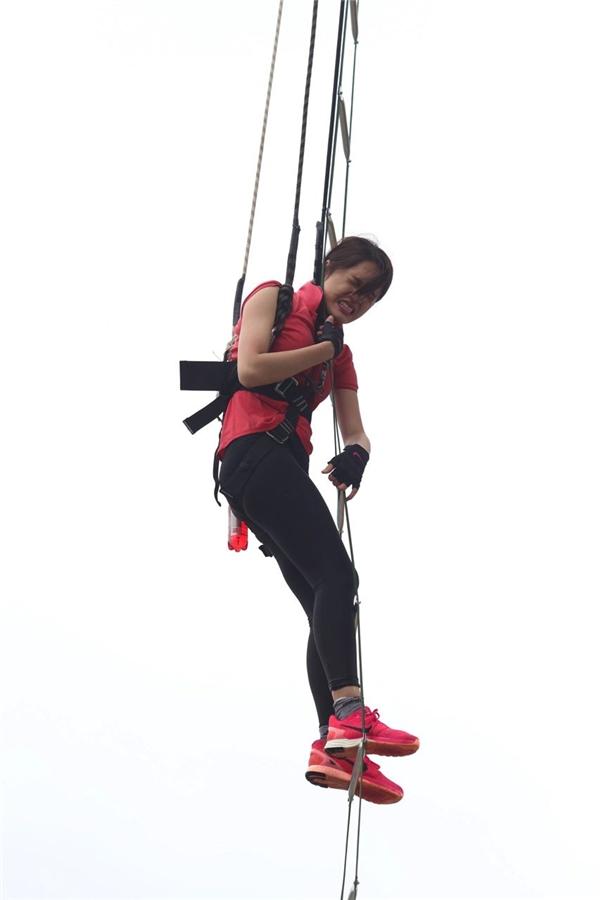 Hương Giang và Mâu Thanh Thủy bật khóc khi đối mặt với thử thách leo thang cao ngất. - Tin sao Viet - Tin tuc sao Viet - Scandal sao Viet - Tin tuc cua Sao - Tin cua Sao