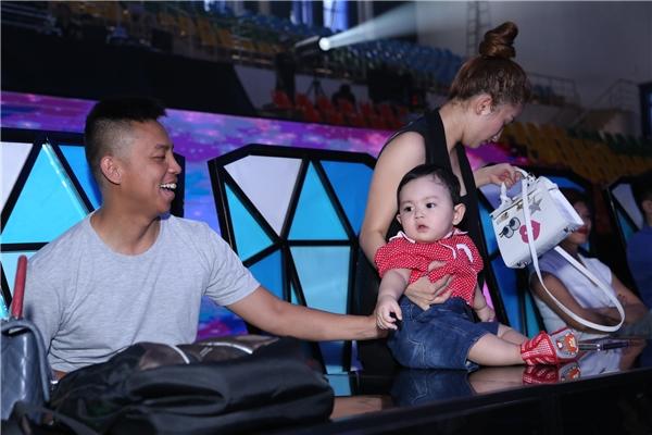 """Hồng Quế """"hôn trộm"""" con trai Khánh Thi, Soobin nhăn mặt vì bế MLee - Tin sao Viet - Tin tuc sao Viet - Scandal sao Viet - Tin tuc cua Sao - Tin cua Sao"""