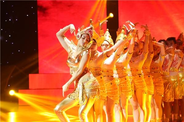 Ngay sau đó, cô đã tự tin vàuyển chuyển biểu diễn vũ điệu Champa trên sân khấu tổng duyệt. - Tin sao Viet - Tin tuc sao Viet - Scandal sao Viet - Tin tuc cua Sao - Tin cua Sao