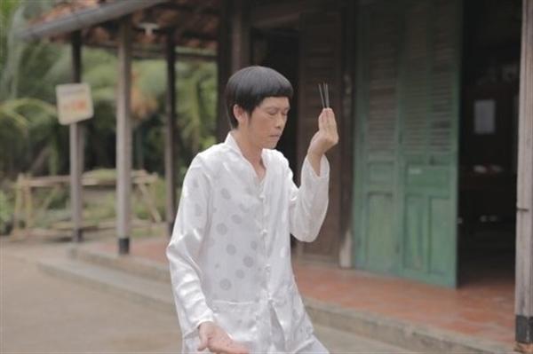 """Tạo hình nhân vật trong bộ phim điện ảnhgần đây của Hoài Linh. Nam danh hài đang tập trung thể hiện cảnh """"lên đồng"""" thật ấn tượng. - Tin sao Viet - Tin tuc sao Viet - Scandal sao Viet - Tin tuc cua Sao - Tin cua Sao"""