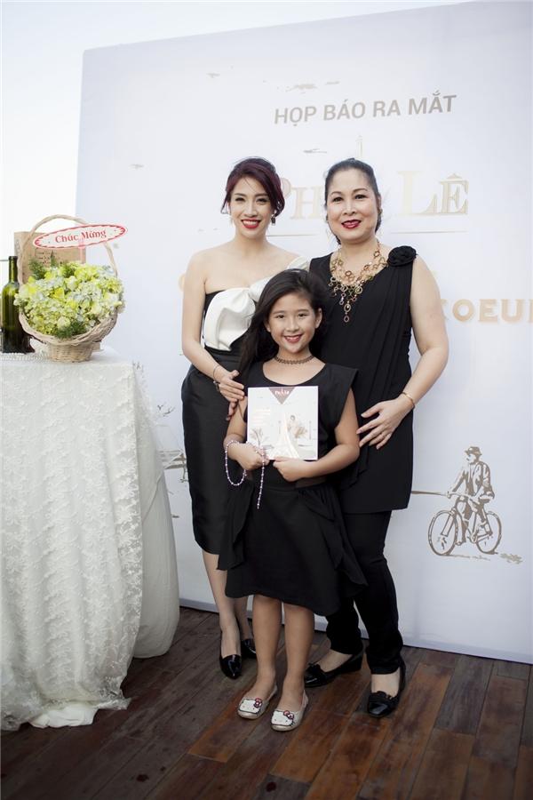 NSND Hồng Vân cùng con gái nhỏ chúc mừng thành quả của Pha Lê và ê-kíp. - Tin sao Viet - Tin tuc sao Viet - Scandal sao Viet - Tin tuc cua Sao - Tin cua Sao