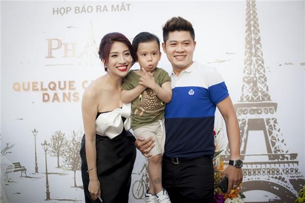 Nhạc sĩ Nguyễn Văn Chung đưa cậu quý tử đến chúc mừng nữ ca sĩ. - Tin sao Viet - Tin tuc sao Viet - Scandal sao Viet - Tin tuc cua Sao - Tin cua Sao