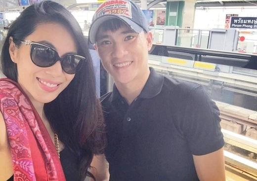 Công Vinh đi cùng vợ tại Thái Lan chứ không trở về Việt Nam chiều 31/3. (Ảnh: Fanpage ca sĩ Thủy Tiên)