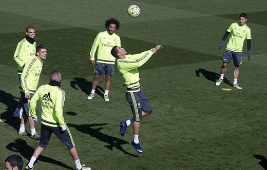 Ronaldo phô diễn kĩnăng đánh đầu điệu nghệ trước sự thán phục của các đồng đội. (Ảnh: Internet)