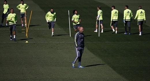 Trận Siêu kinh điển vào lúc 01h30 rạng sáng mai (giờ Việt Nam) là lần đầu tiên Zidane tham dự với tư cách là HLV trưởng của Real. Đây sẽ là thử thách thật sự dành cho chiến lược gia người Pháp khi Barcelona đang trải qua chuỗi 39 trận bất bại ở mọi đấu trường. (Ảnh: Internet)