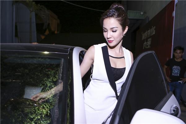 Diệp Lâm Anh tự lái xế hộp đến phim trường để ghi hình trực tiếp cho chương trìnhVietnam's Got Talent 2016. - Tin sao Viet - Tin tuc sao Viet - Scandal sao Viet - Tin tuc cua Sao - Tin cua Sao